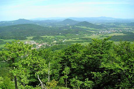 Jizerské hory, Krkonoše a Ještěd, v popředí Svor a Cvikov