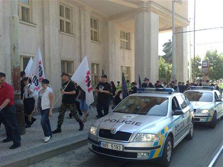 I přes zákaz se příznivci Dělnické strany vydali na pochod k Českému rozhlasu.