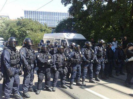 Policie na nepovolený pochod povolala těžkooděnce.