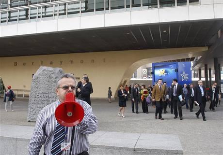 Sídlo Evropské komise v Bruselu bylo kvůli hrozbě požáru znovu evakuováno (27. května 2009)