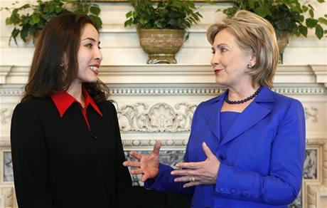 Americká novinářka Roxana Saberiová se po návratu do USA z Íránu, kde byla tři měsíce za mřížemi, setkala s ministryní zahraničí Hillary Clintonovou