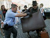 Policisté zasahují proti Martinu Rybovi z divadla Maxe Fische na předvolebním mítinku ČSSD v Duchcově (25. 5. 2009)