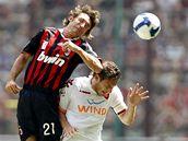Andrea Pirlo (vlevo) v hlavičkovém souboji