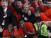 Šachtar Doněck: Tomáš Hübschman (uprostřed) se raduje se spoluhráči ze zisku Poháru UEFA