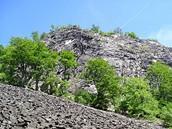 Skalní stěna a kamenné pole na západním úbočí Klíče