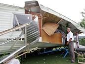 Tornádo zdemolovalo i dvoutunový zahradní dům.