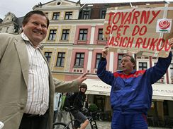 Odpůrce ČSSD s transparentem na mítinku v Liberci, kam dorazil místopředseda ČSSD Zdeněk Škromach. (28.5.2009)
