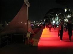 Cannes 2009 - rudě nasvícená promenáda