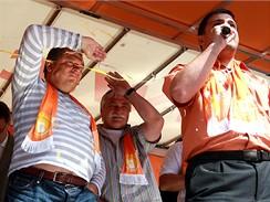 Jiří Paroubek a další členové strany zasažení vejci na mítinku ČSSD v Praze na Andělu (27. května 2009)