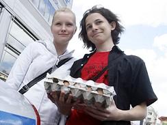 Dívky s platem vajec na mítinku ČSSD v Praze na Andělu (27. května 2009)