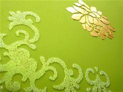 Motivy vytvořené akrylovou zlatou pastou a plastovými kuličkami v gelu, tzv. kaviárem.