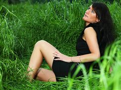 Pro někoho je vysoká tráva luxusní romantika. Bez repelentu na ni ale raději zapomeňte.