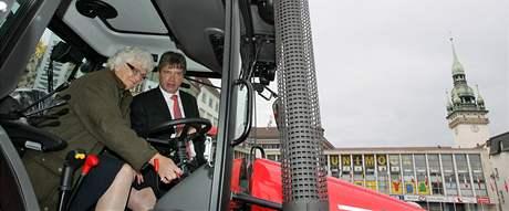 Eurokomisařka pro zemědělství a rozvoj venkova Mariann Fischer Boelová v traktoru s brněnským primátorem Romanem Onderkou