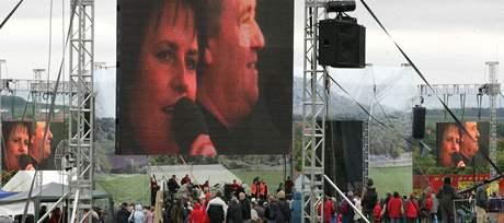 Koncert pěveckého dua Eva a Vašek se 30. května konal pod širým nebem na úpatí hory Říp.