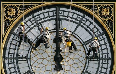 Dělníci při mytí hodin na věži Big Ben.