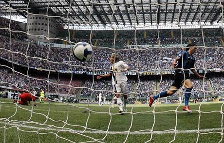 Inter Milán - Atalanta: Zlatan Ibrahimovič(vpravo) se raduje z gólu