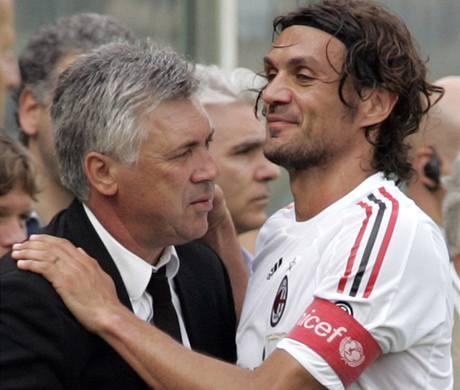 Trenér AC Milán Carlo Ancelotti (vlevo) s odcházejícím kapitánem Paolem Maldinim