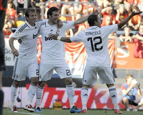 Fotbalisté Realu Madrid se radují z gólu do sítě Pamplony