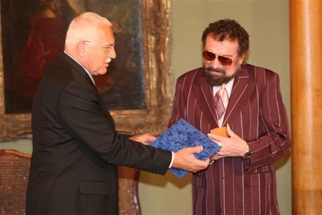 Waldemar Matuška převzal v červnu 2007 u příležitosti svých 75. narozenin čestnou plaketu od prezidenta Václava Klause.