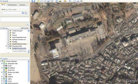 Lidé poslouchají projev na náměstí - Severní Korea v Google Earth