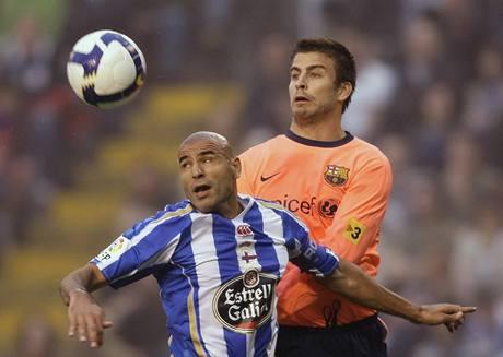 La Coruňa - Barcelona: domácí Manuel Pablo Garcia (vlevo) v souboji s Gerardem Piquem
