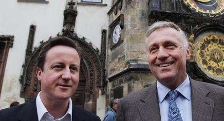 Šéf ODS Mirek Topolánek a lídr britských konzervativců David Cameron na společné procházce Prahou. 30. 5. 2009