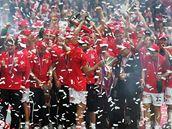 Fotbalisté Slavie Praha slaví s trofejí pro mistra ligy 2008/2009