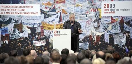 Wolf Biermann, německý písničkář a básník, při otevření výstavy Pokojné revoluce 1989-1990; Alexandrovo náměstí, Berlín.