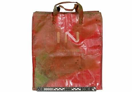V této igelitové tašce byly nalezeny ostatky novorozence v Brně