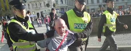 Policisté odvádějí z brněnského mítinku ČSSD muže, který opakovaně vulgárně nadával na Jiřího Paroubka.