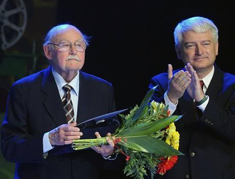 Zl�n 2009 - Lubom�r Lipsk� p�evzal cenu za celo�ivotn� p��nos d�tsk� kinematografii, vpravo um�leck� �editel festivalu Petr Koliha