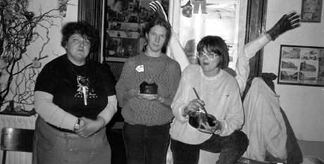 Říjen 1988, Hana Holcnerová (vpravo) peče dort do vězení pro Petra Cibulku, v němž byla zapečená pilka. Uprostřed autorka článku Jana Soukupová, vlevo Eva Trúda Vidlářová