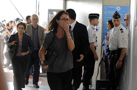 Příbuzní a přátelé pasažérů, kteří letěli s Air France z Rio de Janeira do Paříže, přicházejí do krizového centra na letišti Charlese de Gaulla (1. června 2009)