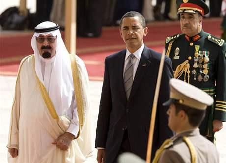 Americký prezident Barack Obama se saúdskoarabským králem Abdulláhem po příletu do Rijádu (3. června 2009)