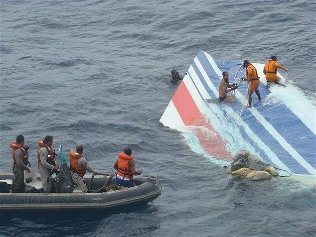 Brazilské a francouzské námo�nictvo nalezlo v Atlantiku kus ocasu letadla Air France.