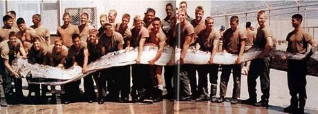 K pózování a udržení ryby bylo potřeba 15 lidí