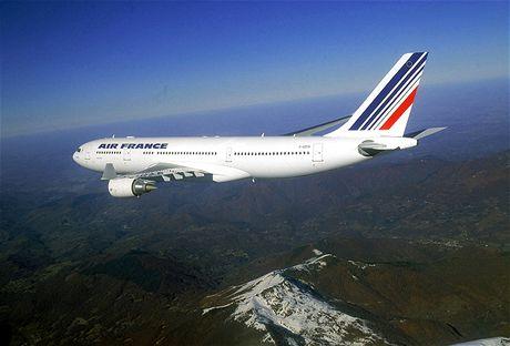Airbus 330-200 v barvách Air France na archivním snímku při přeletu Alp