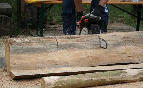 7. Oba naměřené díly určené na nohy lavice z kmenu odřízněte.