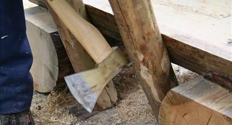 19. Pak už můžete vzpěry s připevněným opěradlem přitlouci nejprve k sedáku lavice...
