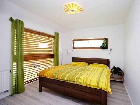 Díky dvěma oknům se ložnice rychle vyvětrá, venkovní rolety plně nahrazují klimatizaci