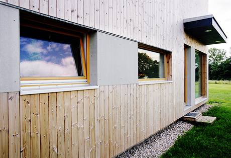 Obklad domu je kombinace borovice a cementovláknitých desek