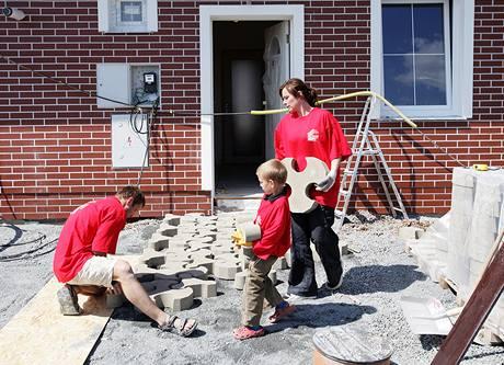 Pokládání dlažby zvládla dvojice č. 2 nejlépe, na pomoc přišel i šestiletý syn