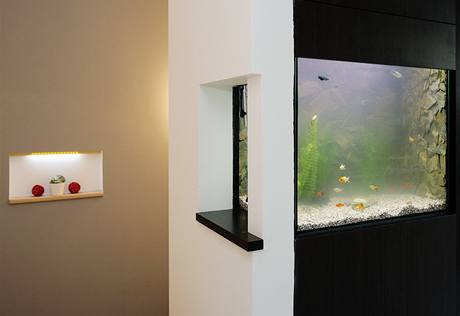 Pár č. 2 oživil schodiště akváriem a osvětlenými nikami