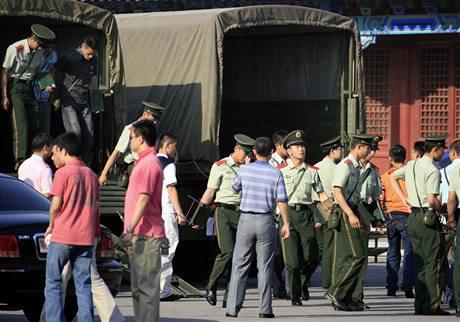 Náměstí Tchien-an-men střeží v den 20. výročí masakru kromě stovek policistů i příslušníci paramilitárních jednotek v civilu (4. června 2009)