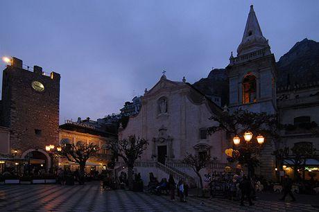 Itálie, Sicílie. Večerní Taormina