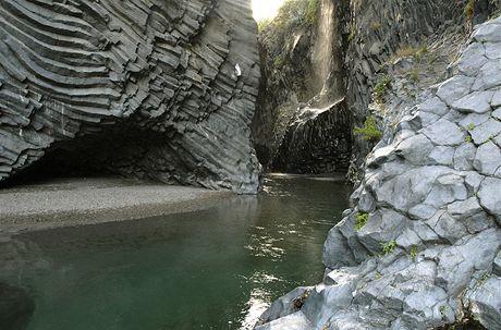 Itálie, Sicílie. Kaňon řeky Alcantara