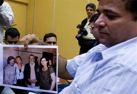 Brazilec Marten Van Sluys na fotografii ukazuje novinářům svou sestru, která cestovala ve zmizelém letadle Air France (na snímku žena vpravo)