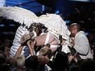 """Ochranka rapera Eminema """"pacifikuje"""" Br�na, alter ego Sachy Barona Cohena, na cen�ch MTV Movie Awards"""