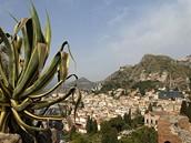Itálie, Sicílie. Pohled na město Taormina