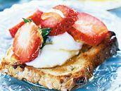 Chlebíčky s krémem a jahodami